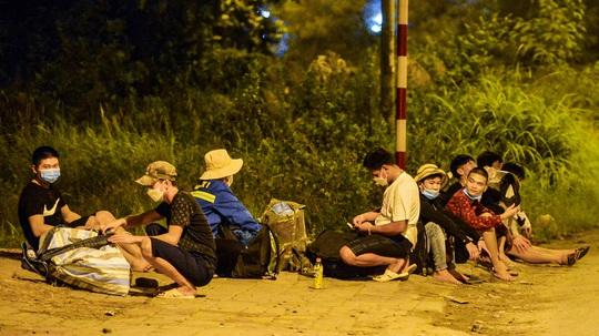 CLIP: Hơn 30 người lao động tay xách nách mang đi bộ xuyên đêm để về quê - Ảnh 7.