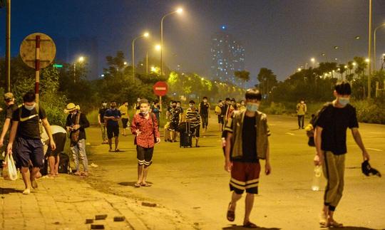 CLIP: Hơn 30 người lao động tay xách nách mang đi bộ xuyên đêm để về quê - Ảnh 8.