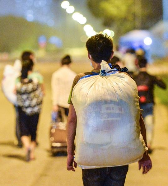 CLIP: Hơn 30 người lao động tay xách nách mang đi bộ xuyên đêm để về quê - Ảnh 14.
