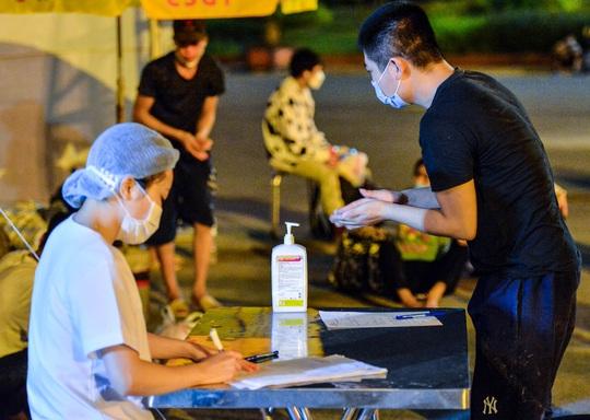 CLIP: Hơn 30 người lao động tay xách nách mang đi bộ xuyên đêm để về quê - Ảnh 16.