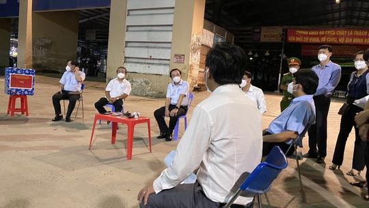 Bí thư Thành ủy TP HCM Nguyễn Văn Nên kiểm tra chợ Bình Điền - Ảnh 2.