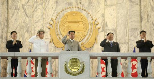 Lễ duyệt binh kỳ lạ của Triều Tiên: Trang phục khử nhiễm chiếm sóng - Ảnh 2.