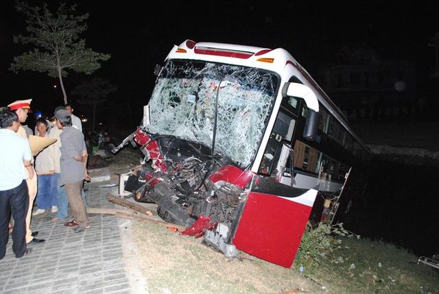 Chiếc xe khách bị tông nát phần đầu, lọt xuống mương nước