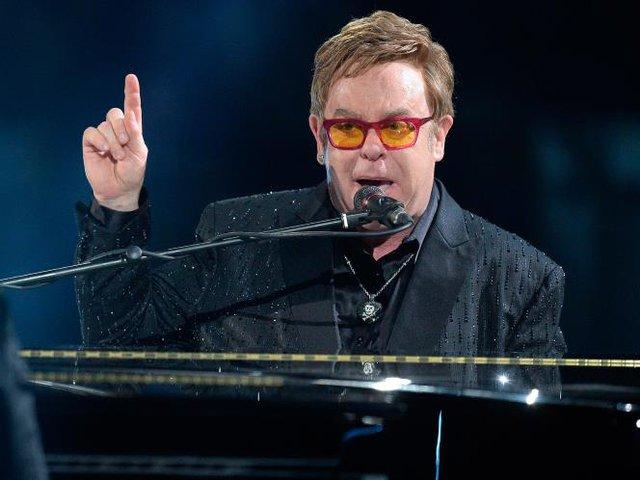 Ngay cả Sir Elton John cũng bị chê bai. Ảnh : Rex