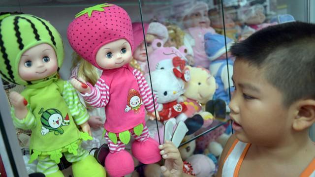 Búp bê bày trong tủ kính bán tại cửa hàng trên đường Phan Đình Phùng, quận Phú Nhuận, TP HCM