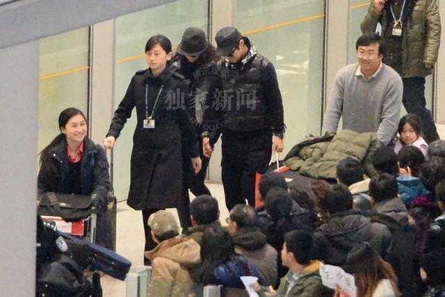 Cả hai nắm chặt tay nhau rời sân bay