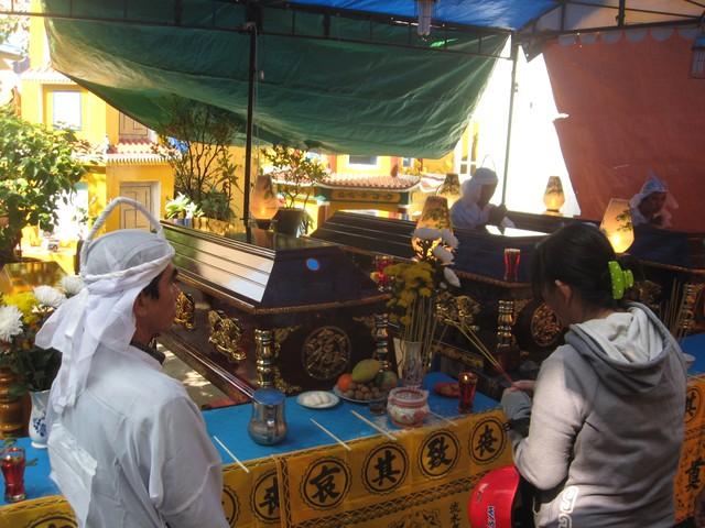 Thi thể 4 người thân của ông Phong được quàn trong chùa gần căn nhà xảy ra vụ cháy