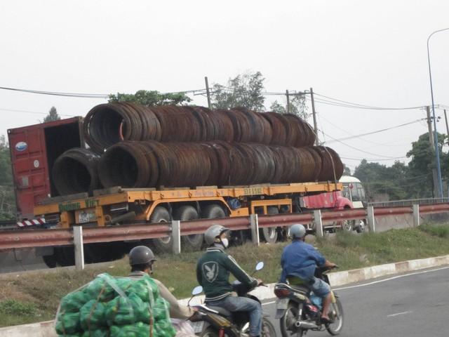 Container đứt xích, hàng chục tấn thép xuống đường