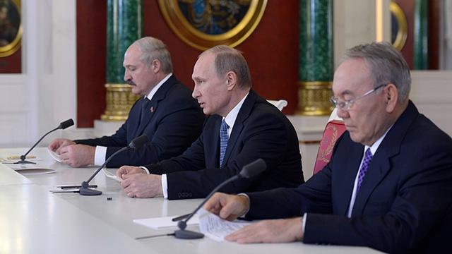 Tổng thống Nga Vladimir Putin (giữa), Tổng thống Belarus Alexander Lukashenko (trái) và Tổng thống Kazakhstan Nursultan Nazarbayev trong cuộc họp báo hôm 24-12. Ảnh: RIA Novosti