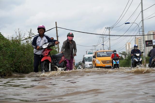 """TP HCM: Mưa một trận, ngập cả ngày ở con đường """"đau khổ"""""""