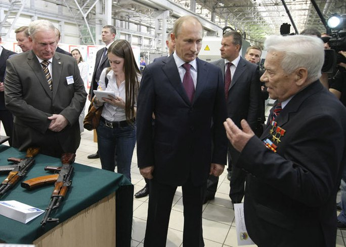 Ông Kalashnikov (bìa phải) cùng Tổng thống Nga Vladimir Putin  Ảnh: RUSSIA TODAY