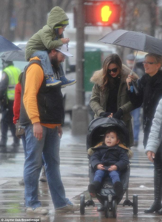 """Miranda Kerr đội mưa """"du hí"""" cùng con trai"""