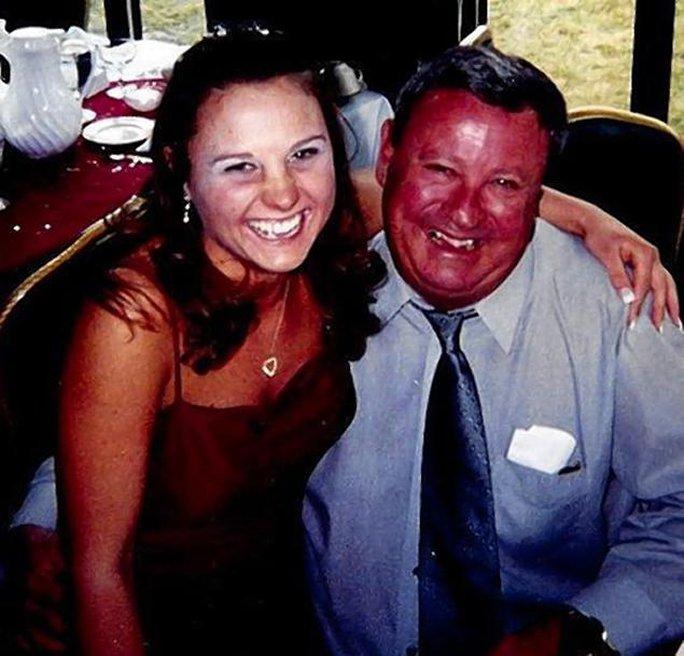 Ông Thomas Vick (phải) thiệt mạng sau khi bị chú chó gia đình tấn công