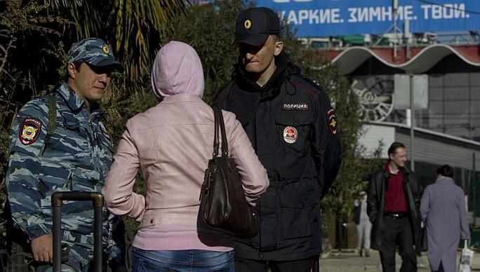 Cảnh sát Nga kiểm tra một khách tham quan Sochi hôm 30-12. Ảnh: Reuters