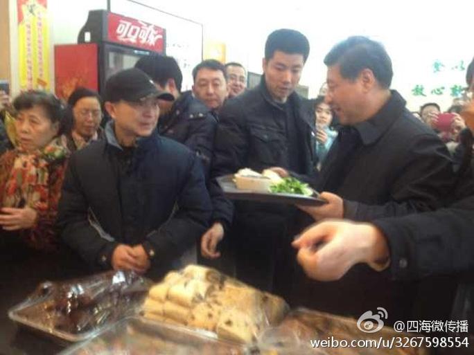 Ông Tập Cận Bình xếp hàng mua bánh bao lề đường