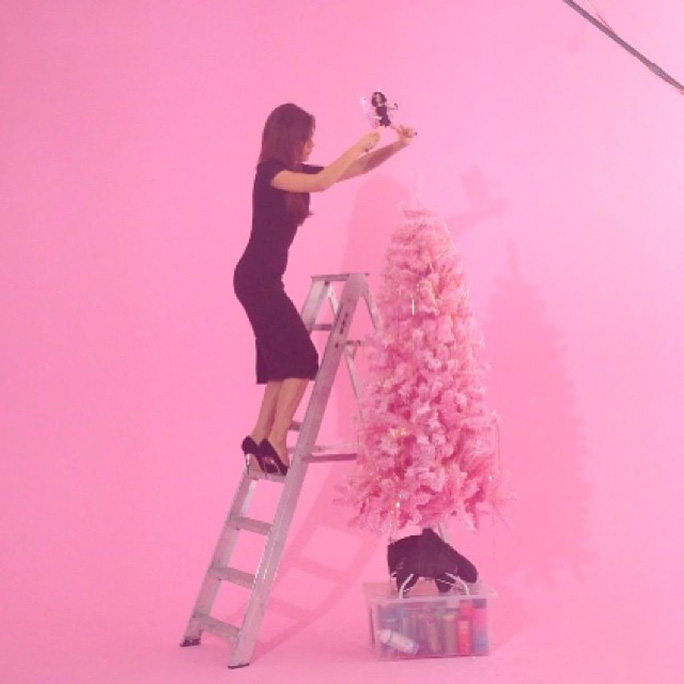 Victoria Beckham mang giày cao gót vẫn hăng hái trang trí thông Noel