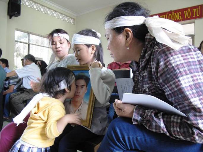 Tại phiên tòa ngày 10-3 (bị hoãn), nhiều người xúc động trước hình ảnh cháu bé Ngô Thị Kim Oanh (con Kiều) ôm hôn di ảnh cha