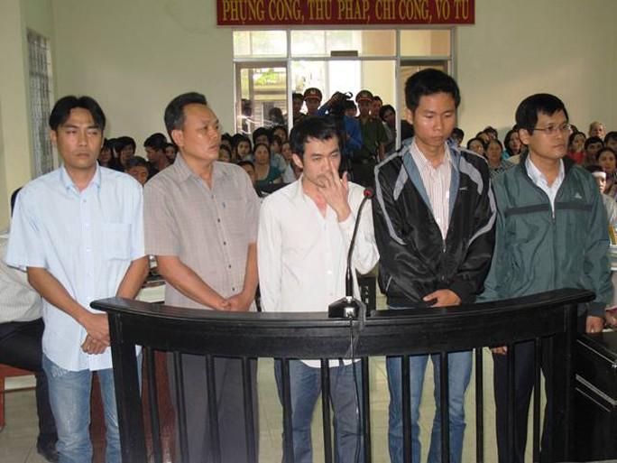 5 bị cáo nguyên là cán bộ điều tra tại phiên tòa ngày 10-3
