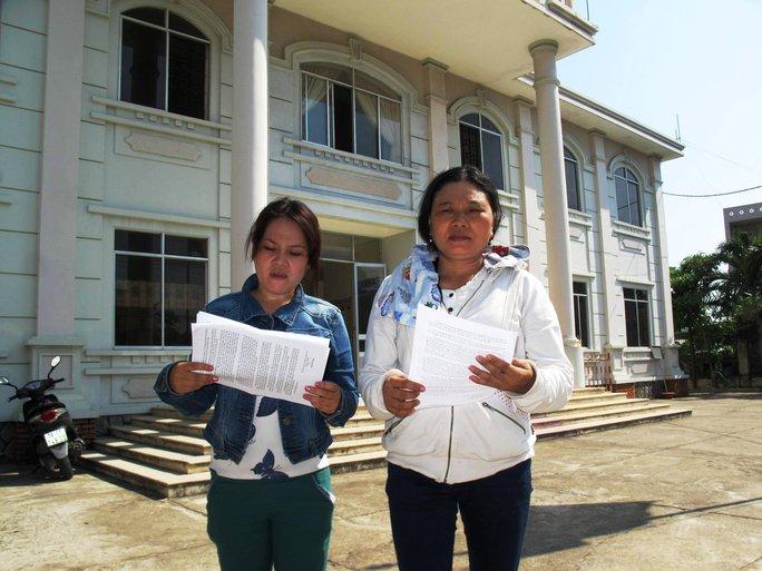 Bà Trần Thị Tâm (trái) và bà Ngô Thị Tuyết (chị Ngô Thanh Kiều) đến nộp đơn kháng án tại TAND TP Tuy Hòa