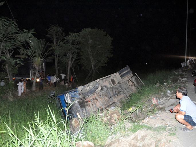 Để tránh tai nạn thảm khốc có thể xảy ra, tài xế xe gạo đã đánh lái mạnh vào taluy khiến xe lật nhào.