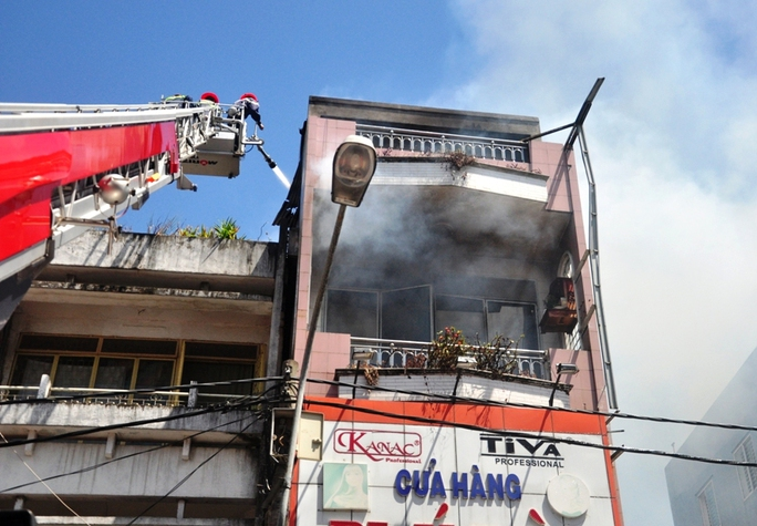 Cảnh sát PCCC phải dùng xe thang mới có thể dập lửa