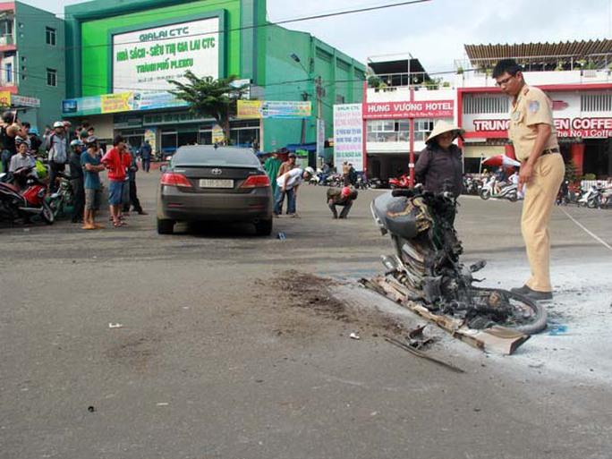 Hiện trường vụ tai nạn, chiếc xe máy bị cháy rụi
