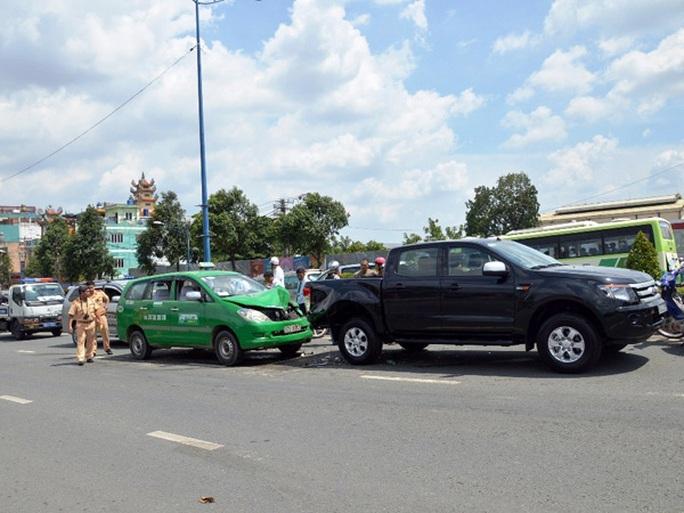 Hiện trường vụ tai nạn liên hoàn khiến 3 xe ô tô bị hư hỏng nặng trên cầu Tham Lương vào trưa nay