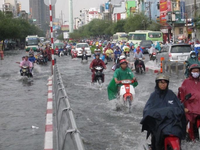 Các tuyến đường ở quận 6 bị ngập rất nặng