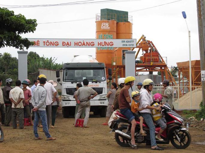 Chiều ngày 12-10 vẫn còn nhiều người dân ngồi trước cổng Công ty bê tông Đại Hoàng Hưng để chặn không cho xe của công ty ra khỏi cổng.