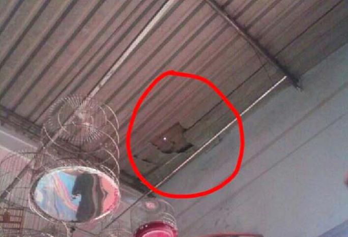 Trên mái tôn của tiệm điện thoại xuất hiện một lỗ hổng lớn.