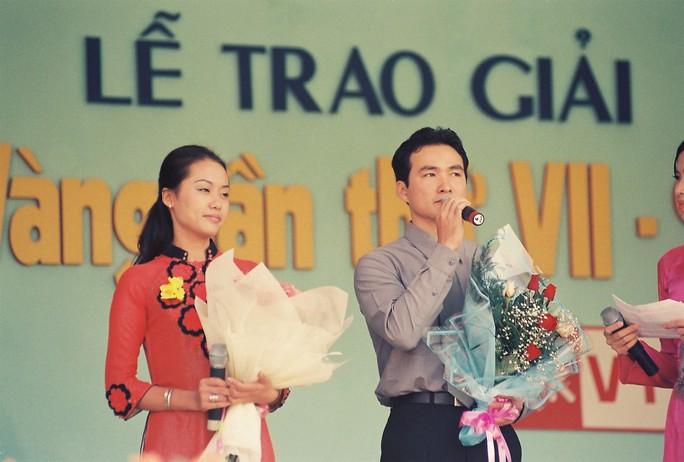 Phát biểu cảm tưởng sau khi nhận giải bên cạnh diễn viên Hồng Ánh