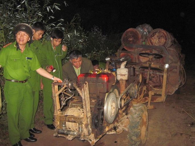 Lực lượng chức năng áp tải các xe gỗ lậu về hạt kiểm lâm để xử lý