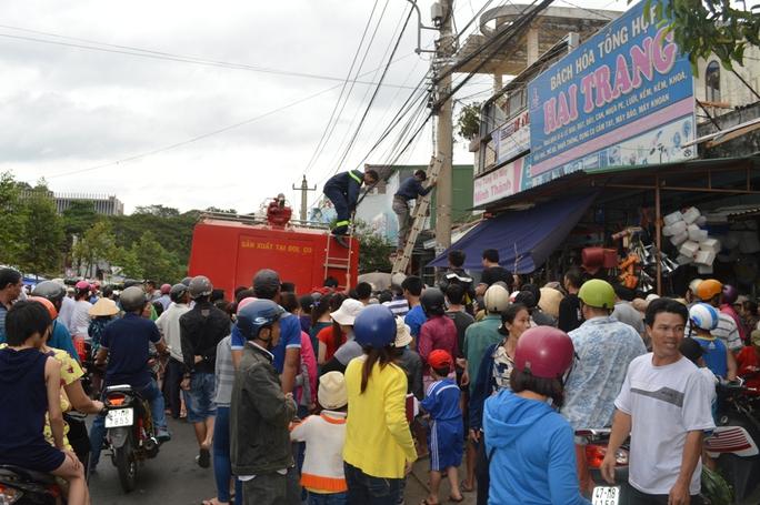 Lực lượng cứu hộ đưa nạn nhân xuống để cấp cứu nhưng nhân viên bắt cáp không qua khỏi