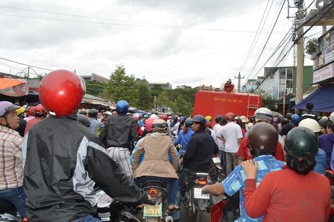 Nhiều người hiếu kỳ đứng lại xem khiến khu vực này bị ùng tắc giao thông nghiêm trọng