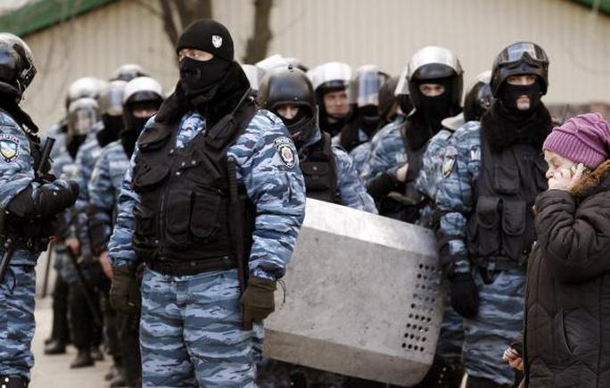 Lực lượng cảnh sát Berkut chặn người biểu tình ở phía đông thành phố Donetsk hôm 23-2-2014. Ảnh: Reuters