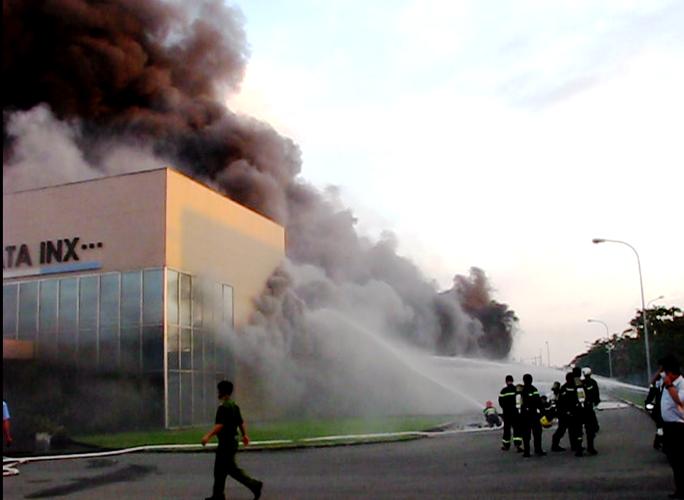 Lính cứu hỏa không thể khống chế lửa từ đầu