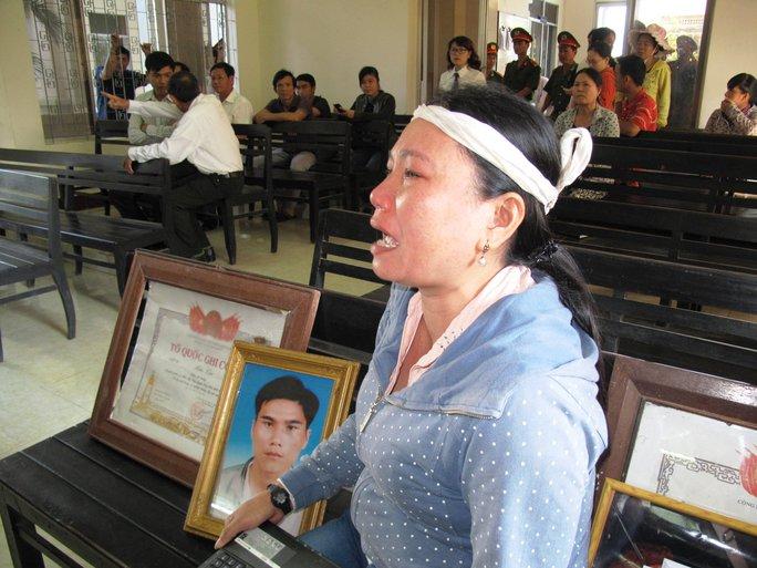 Bà Ngô Thị Tuyết (chị bị hại) gào khóc đòi trả công bằng cho em trai