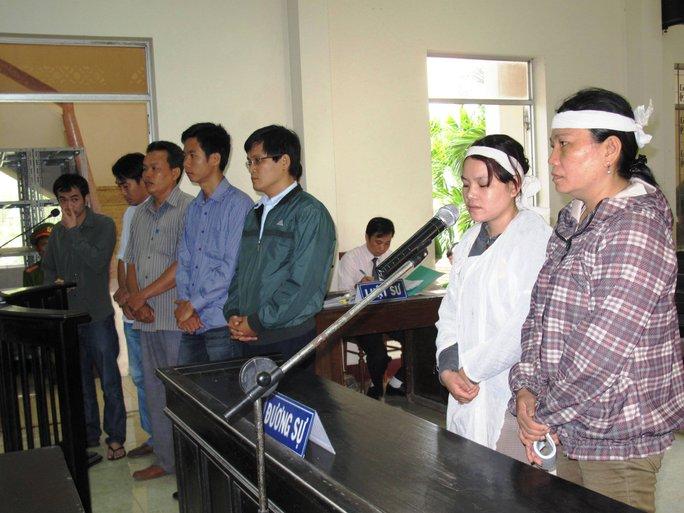 5 bị cáo và gia đình người bị hại trong phiên tòa sáng 29-3
