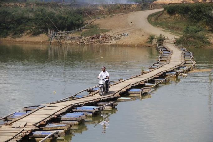 Cầu phao Chợ Hôm là cây cầu huyết mạch nối liền 8 xóm của xã Phương Mỹ, huyện Hương Khê, Hà Tĩnh.