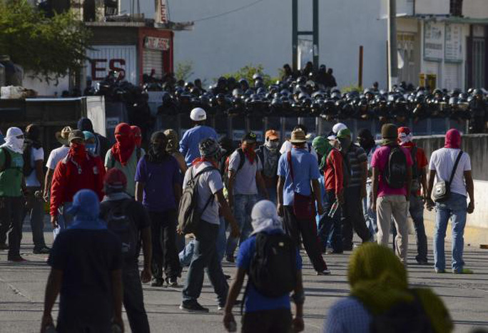 Sinh viên trường cao đẳng sư phạm Ayotzinapa phản đối việc cảnh sát chậm chậm điều tra vụ 43 sinh viên mất tích. Ảnh: Reuters