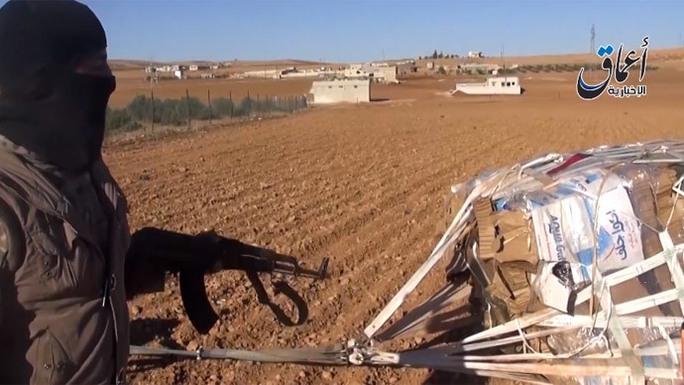 Gói vũ khí Mỹ vừa cung cấp cho IS gần thị trấn Kobane. Ảnh: Youtube