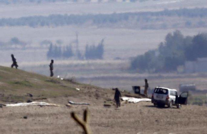 IS kiểm tra một ngọn đồi ngoại ô TP Kobane hôm 23-10. Ảnh: Reuters