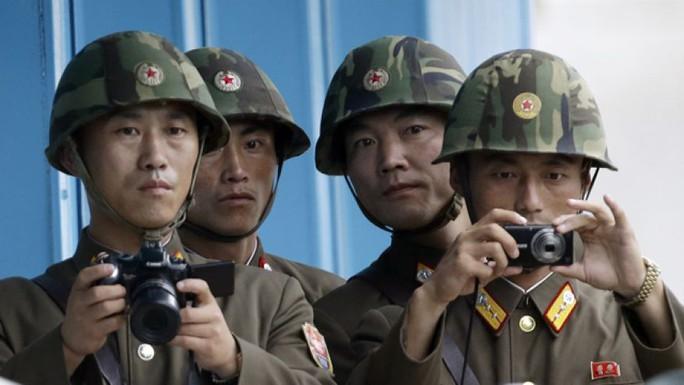Quân đội Bình Nhưỡng dò xét khu vực biên giới với Hàn Quốc. Ảnh: AP