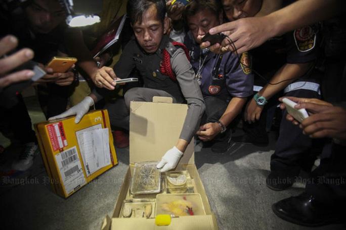 Cảnh sát Metropolitan kiểm tra ba chiếc hộp. Ảnh: Bangkok Post