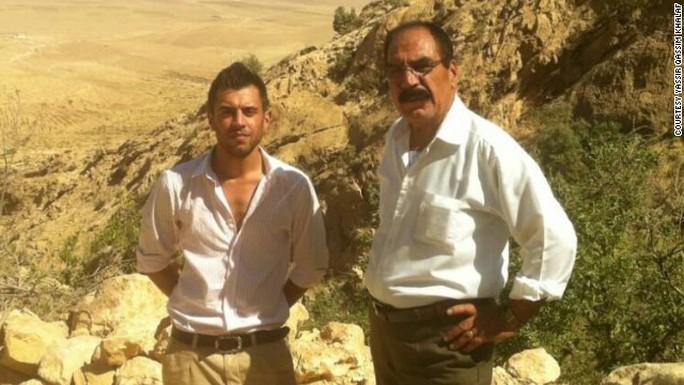 Ông Qassim Shesho (phải) và con trai Yassir Qassim Khalaf đang chiến đấu tại Iraq. Ảnh: CNN