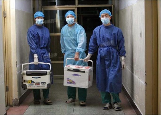 Bác sĩ Trung Quốc chuẩn bị cho một ca ghép tạng ở tỉnh Hà Nam ngày 16-8-2012. Ảnh: Epoch Times