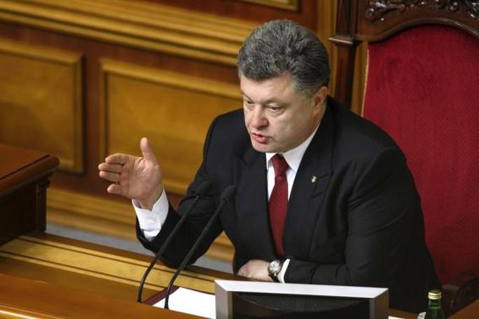 Ông Poroshenko tuyên bố giữ sân bay Donetsk bằng mọi cách. Ảnh: Reuters