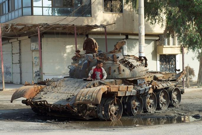 Một xe tăng quân đội Syria bị phá hủy ở khu vực Mayadeen, Syria. Ảnh: MCT