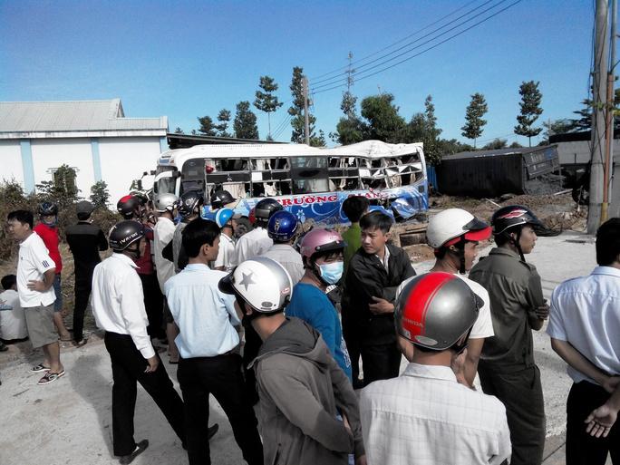 Xe khách va chạm xe container, 6 người bị thương nặng