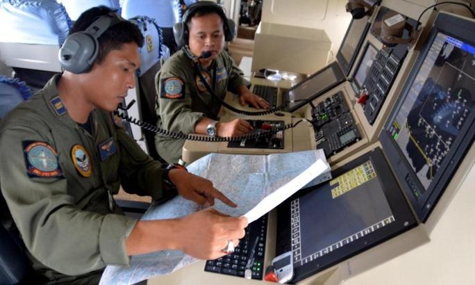 Hải quân Indonesia giúp tìm chiếc máy bay mất tích. Ảnh: Reuters